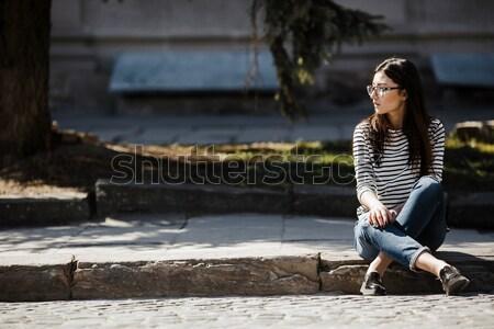 Hermosa niña posando cámara ciudad teléfono mujeres Foto stock © tekso