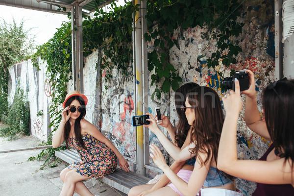 Cztery piękna dziewcząt przystanek autobusowy trzy Zdjęcia stock © tekso
