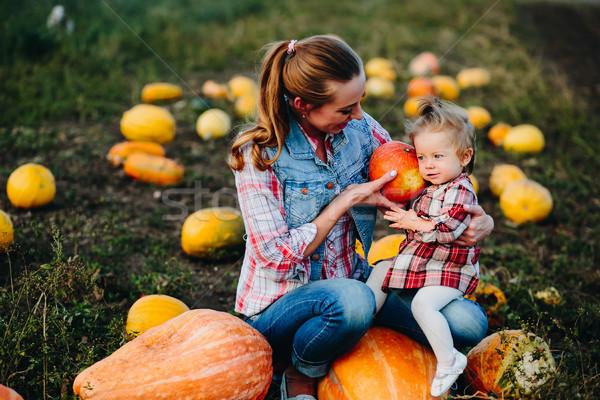 Moeder dochter vergadering pompoenen halloween familie Stockfoto © tekso