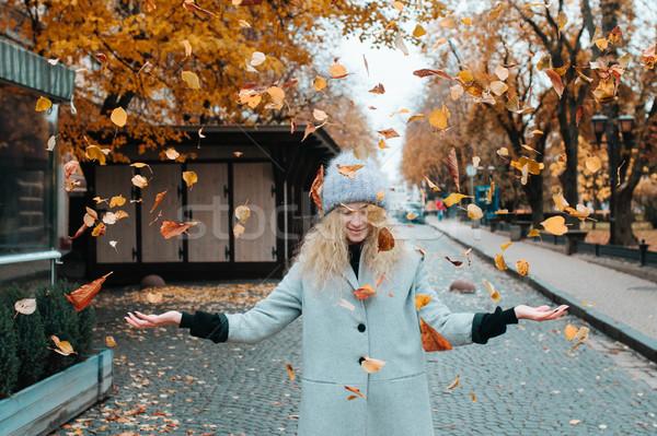 Nő őszi tájkép gyönyörű fiatal kaukázusi Stock fotó © tekso