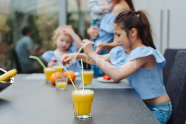 Iki içmek meyve suyu mutfak mutlu aile Stok fotoğraf © tekso