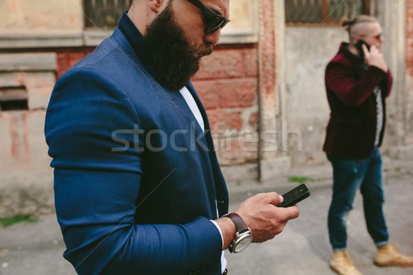 бородатый бизнесмен глядя телефон два бизнесменов Сток-фото © tekso