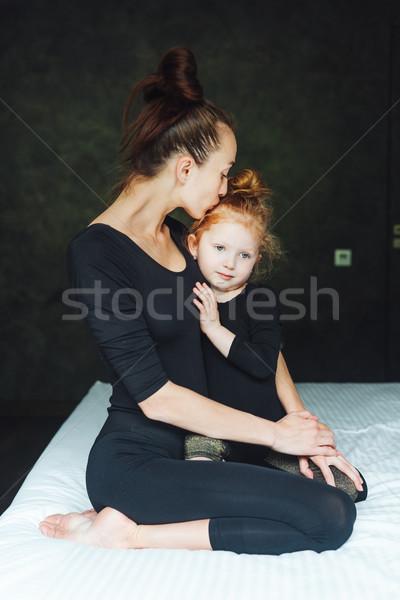 Anne kız eğlence yatak yatak odası kadın Stok fotoğraf © tekso