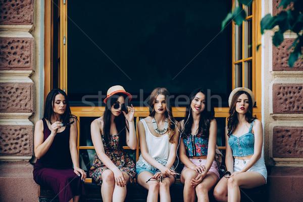 Beş güzel genç kızlar rahatlatıcı şehir Stok fotoğraf © tekso
