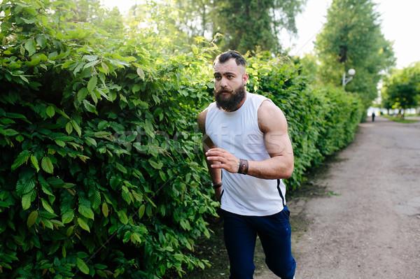 Barbudo homem corrida atravessar parque verde Foto stock © tekso