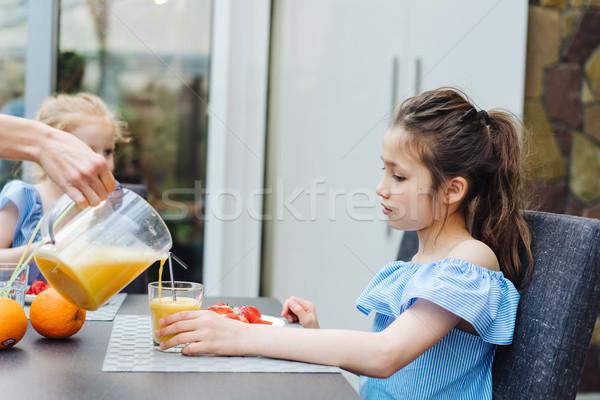 Foto stock: Dois · irmãs · beber · suco · cozinha · família · feliz