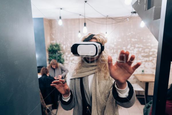 Junge Mädchen Erfahrung Headset Wirklichkeit Computer Stock foto © tekso