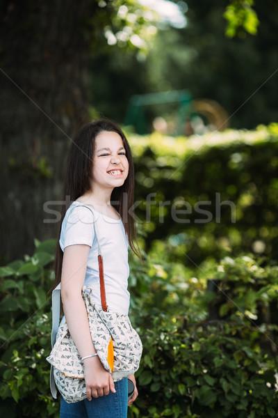Lány pózol kamera gyönyörű fiatal lány park Stock fotó © tekso