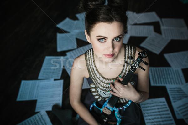 Nina posando violín habitación música Foto stock © tekso