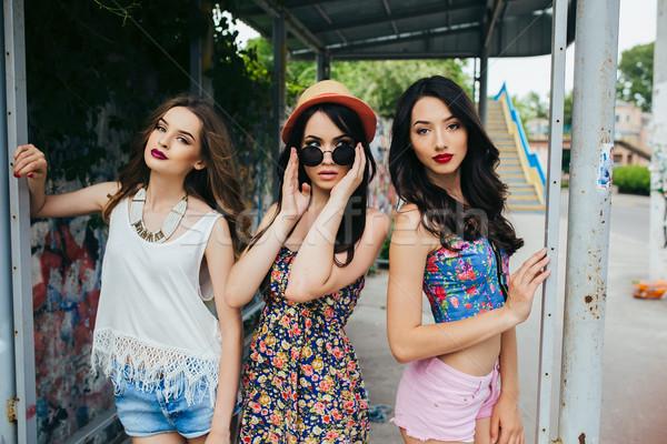 Três belo jovem meninas parada de ônibus posando Foto stock © tekso