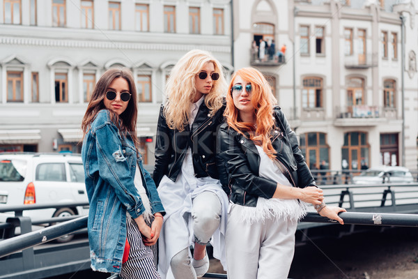 Foto stock: Três · belo · meninas · rua · mulheres · posando
