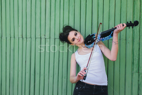 Hermosa niña violín posando pared jóvenes solo Foto stock © tekso