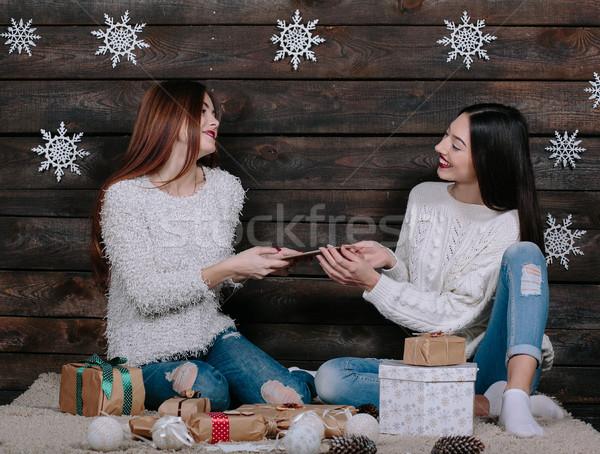 Kardeş tablet iki güzel kızlar oturma Stok fotoğraf © tekso