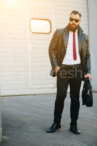 Knappe man pak poseren camera straat man Stockfoto © tekso