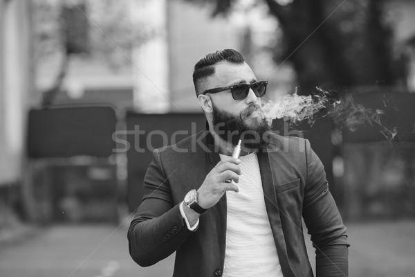 Homem barba eletrônico cigarro elegante Foto stock © tekso