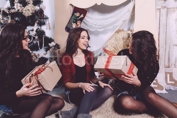 Gyönyörű lány nyitás karácsony ajándékok dekoratív klasszikus Stock fotó © tekso
