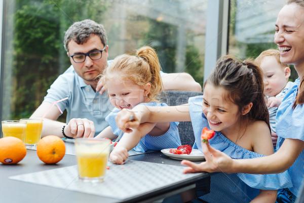 幸せな家族 食べ 新鮮果物 朝食 キッチン 女性 ストックフォト © tekso