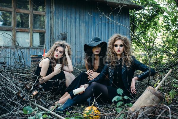 Drei Jahrgang Frauen darstellen aufgegeben Gebäude Stock foto © tekso