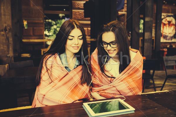 Dos cerca amigos viendo algo tableta Foto stock © tekso