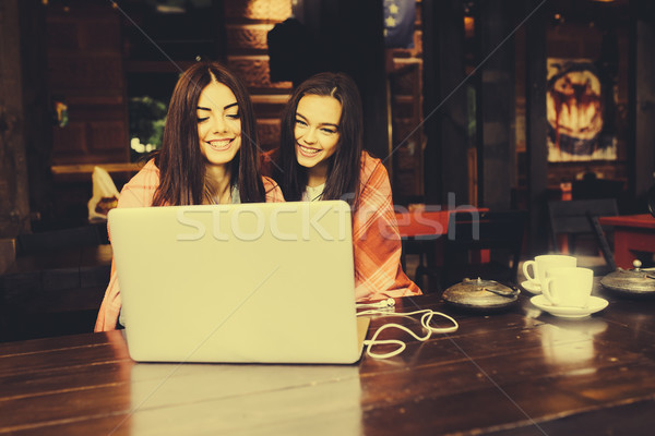 Kettő lányok néz valami laptop fiatal Stock fotó © tekso