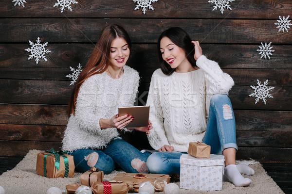 два красивой девочек таблетка подарки сидят Сток-фото © tekso