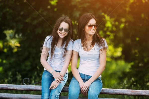 Madre hija parque sesión banco sonrisa Foto stock © tekso