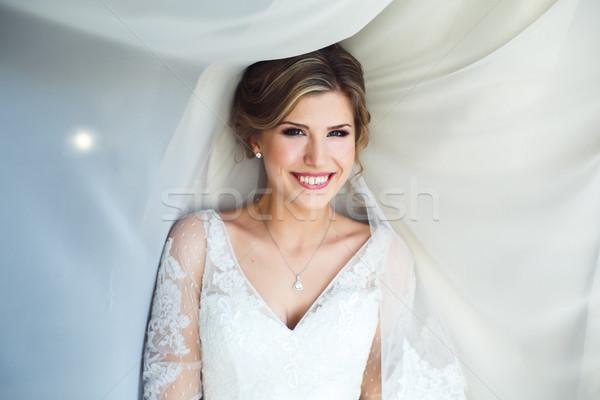 Noiva posando quarto de hotel câmera menina sorrir Foto stock © tekso