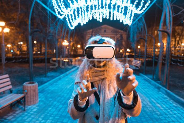 Fiatal lány tapasztalat headset valóság szemüveg éjszakai város Stock fotó © tekso