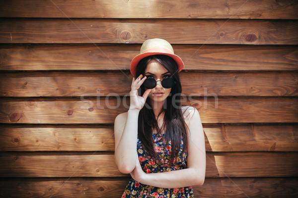 Mooi meisje camera stad zonnebril poseren bruin Stockfoto © tekso