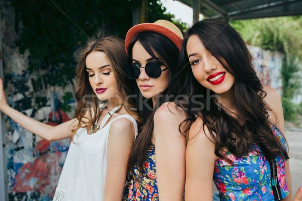 üç güzel genç kızlar otobüs durağı poz Stok fotoğraf © tekso