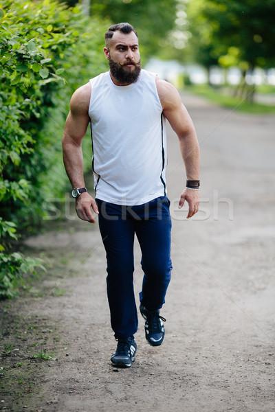 Bebaarde man lopen kruis park groene Stockfoto © tekso