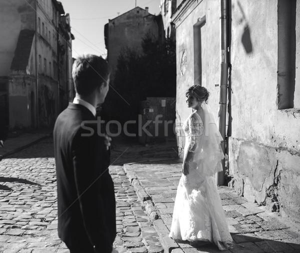 Novia novio posando calles barrio antiguo mujer Foto stock © tekso