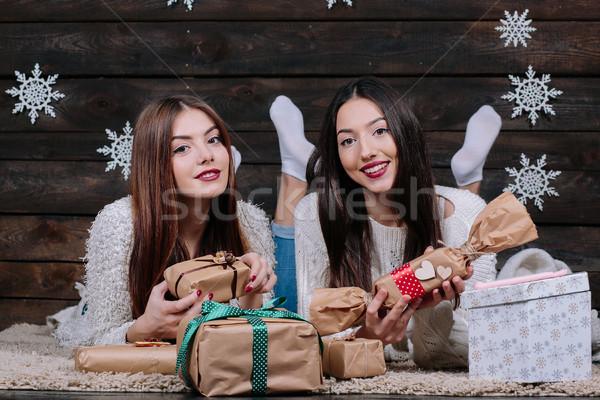 Foto stock: Dos · hermosa · ninas · mentir · piso · regalos