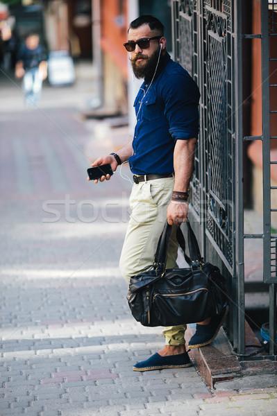 бородатый человека Постоянный улице автобусная остановка Сток-фото © tekso