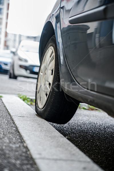 Errata parcheggio auto pneumatico marciapiede urbana Foto d'archivio © tepic