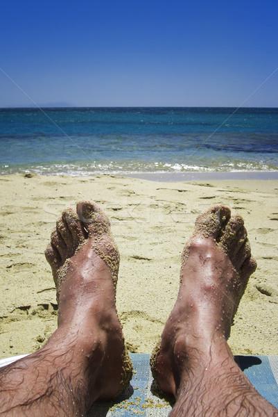 Voeten strand man ontspannen blauwe hemel zon Stockfoto © tepic