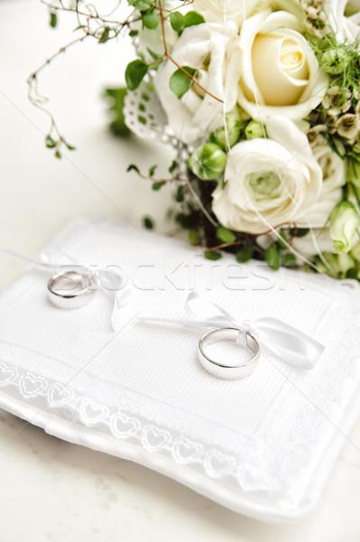Trouwringen twee witte bruiloft paar rozen Stockfoto © tepic