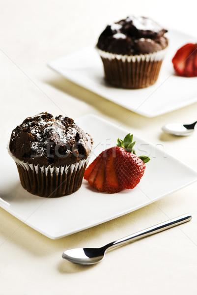 Csokoládé muffinok eprek tányérok konyha torta Stock fotó © thisboy