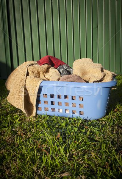 Panier à linge bleu serviettes pelouse à l'extérieur maison Photo stock © THP