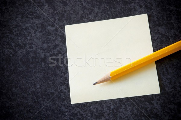 Geel sticky note potlood donkere marmer business Stockfoto © THP