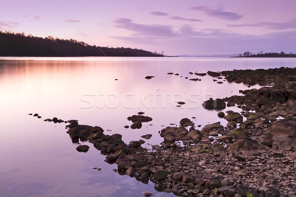 Foto stock: Pôr · do · sol · rochas · roxo · rosa · água · nuvens