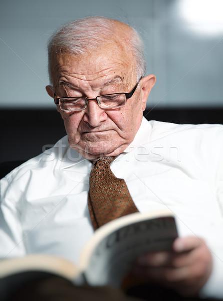 Yaşlı adam okuma kitap portre yüz adam Stok fotoğraf © tiero