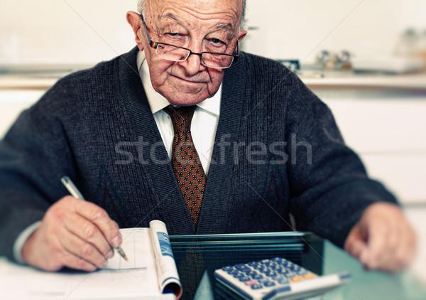 Hombre calcular gastos edad caucásico mano Foto stock © tiero