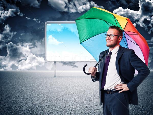 Slechte weer donkere hemel gelukkig man regenboog Stockfoto © tiero