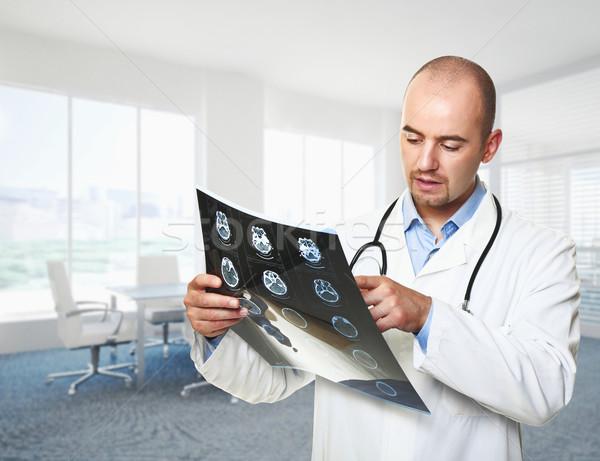 Médico raio x caucasiano médico veja escritório Foto stock © tiero