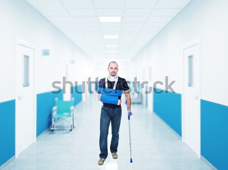 Hombre muleta hospital médicos medicina traje Foto stock © tiero