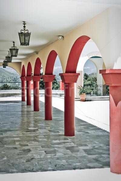 Passage rouge architecture ligne colonne extérieur Photo stock © timbrk