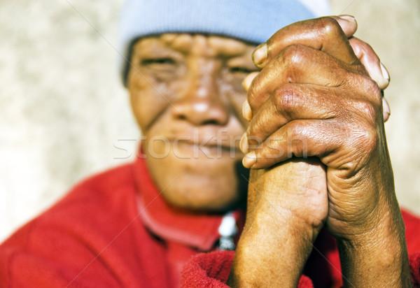 Velho africano mulher dobrado mãos foco Foto stock © tish1