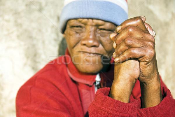 Alten african Frau gefaltet Hände Schwerpunkt Stock foto © tish1