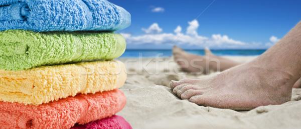 Coloré serviettes pieds nus plage eau bleu Photo stock © tish1